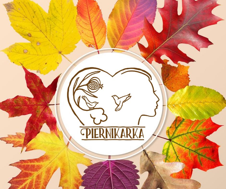 W centrum, w okrągłym otoku logo firmy Piernikarka. Na zewnątrz koncentrycznie ułożone jesienne liście w kolorach żółtym, pomarańczowym i czerwonym.