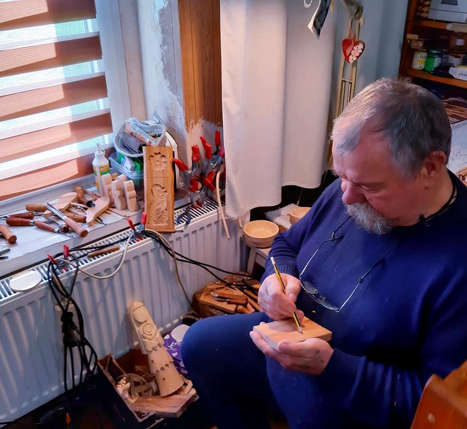 Na zdjęciu Zygmunt Kędzierski w trakcie tworzenia formy